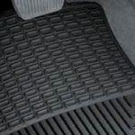 Vai jums vajadzētu iegādāties parasto paklāju vai automašīnas gumijas paklāju?